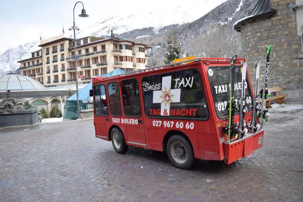 Mini-ônibus táxi com compartimento para esqui.