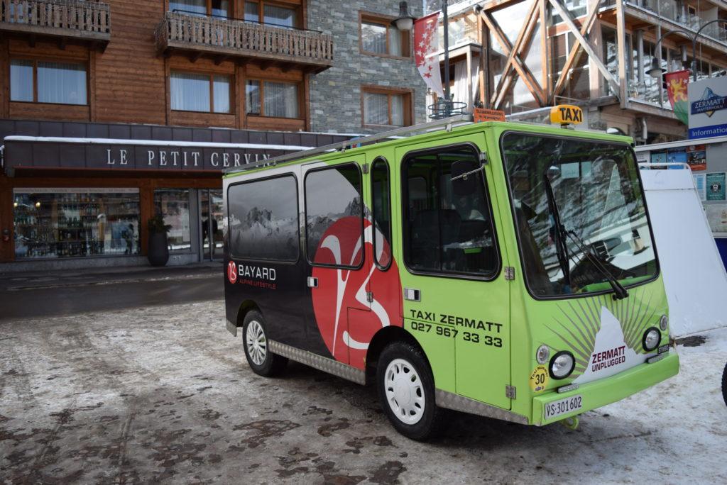 Mini-ônibus elétrico, veículo que circula em Zermatt.
