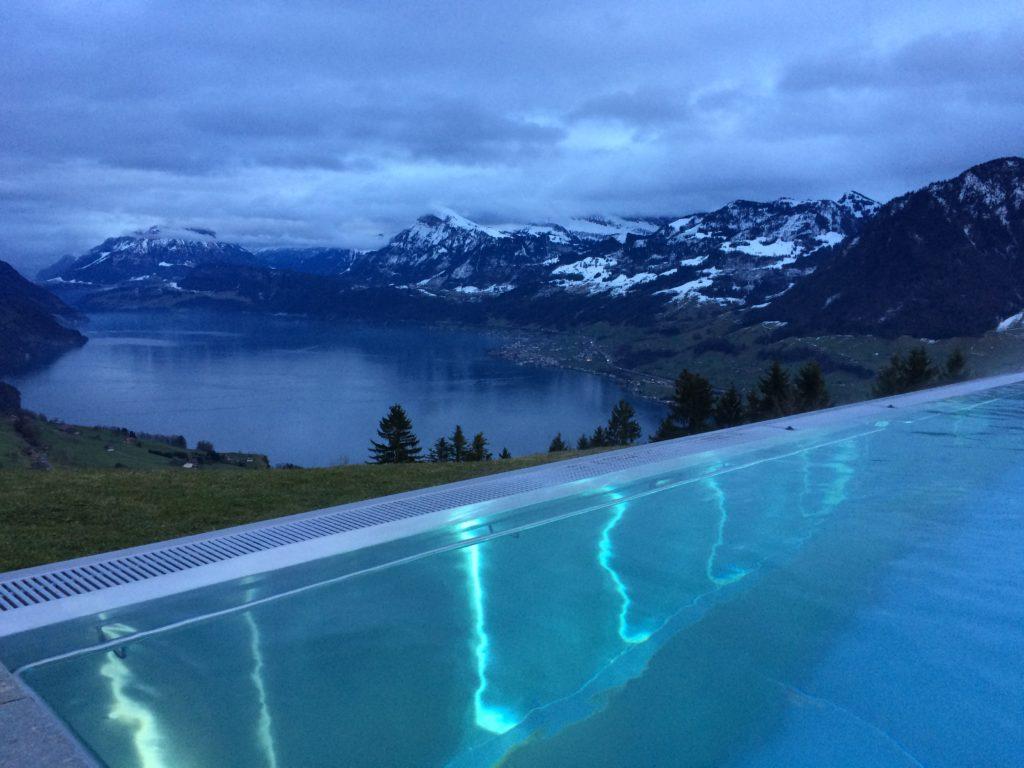 À noite, a piscina fica iluminada.