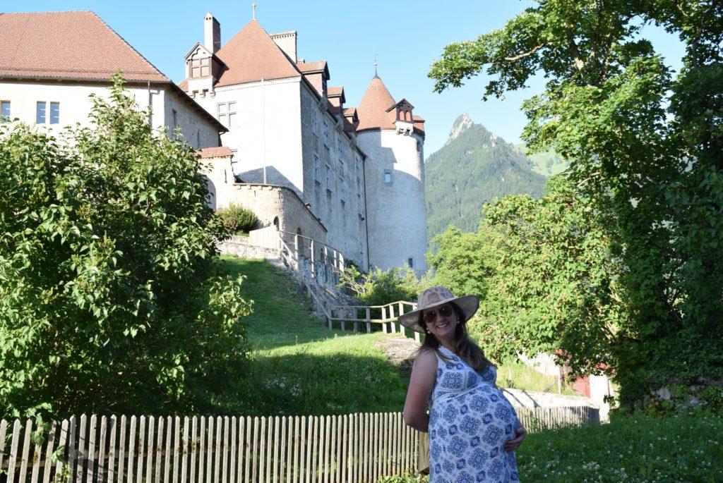 Exibindo meu barrigão no pé do Castelo de Gruyère